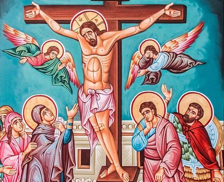 Ikone der Kreuzigung Jesu mit zwei Frauen, zwei Männern und zwei Engeln, von denen sich einer die Augen zuhält