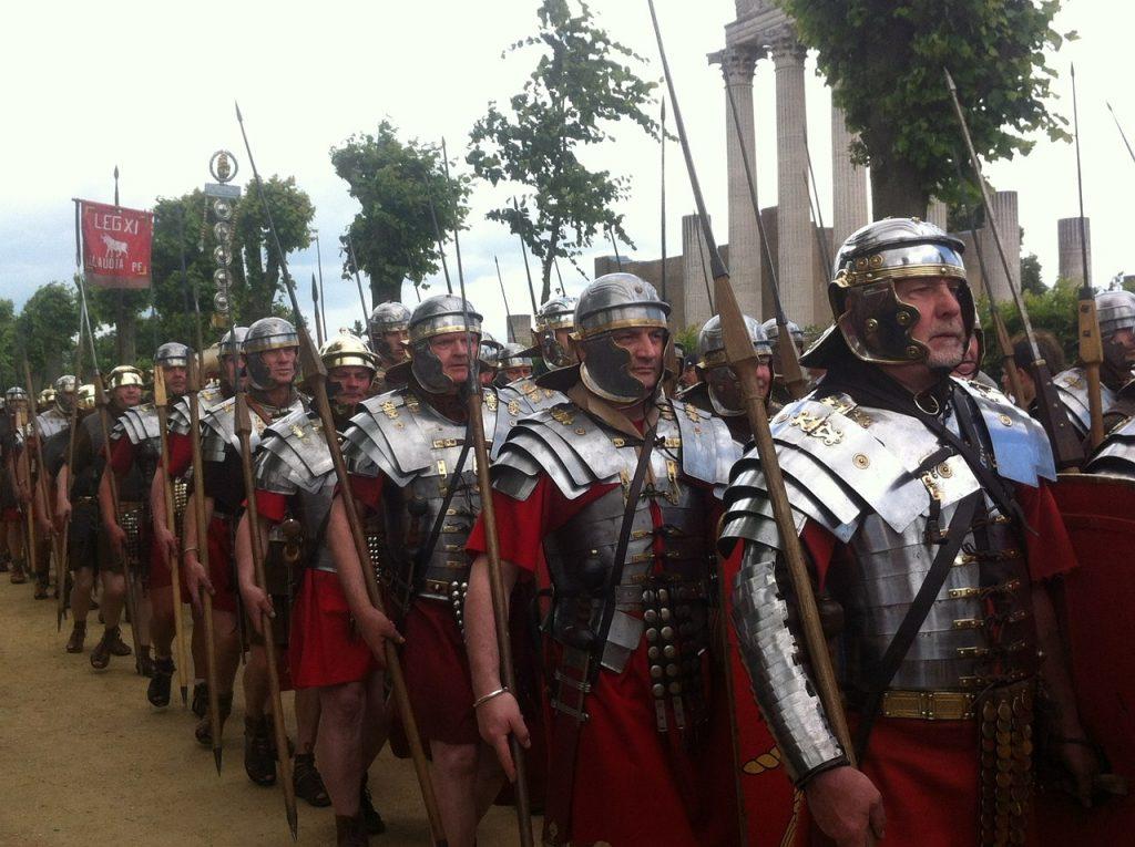 Eine römische Legion (wohl als moderne Theatertruppe)