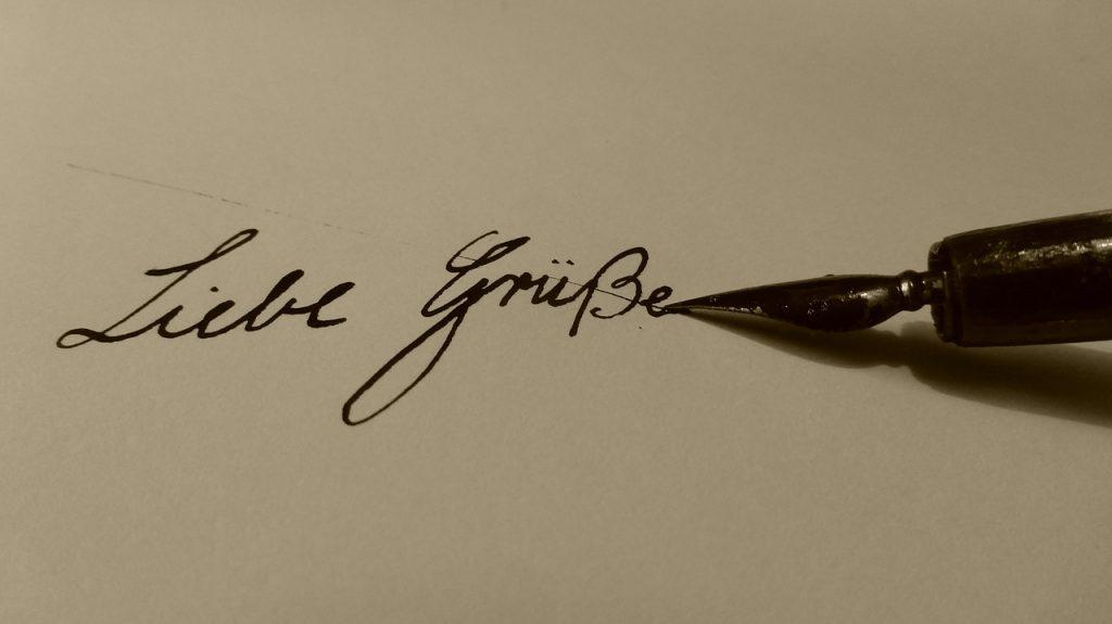"""Mit Füllfederhalter geschriebener Abschiedsgruß: """"Liebe Grüße"""""""