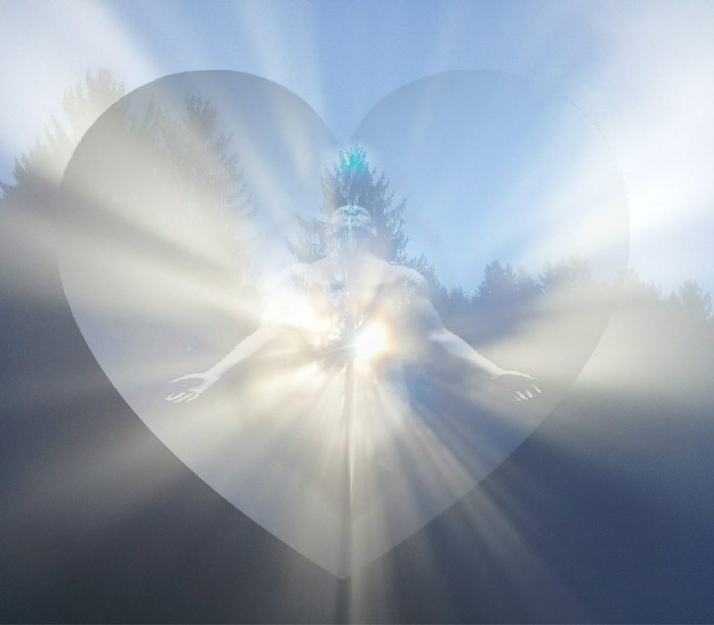 Ein riesiges transparentes Herz, in dem sich ein Mann für Lichtstrahlen öffnet, vor einer Landschaft unter blauem Himmel