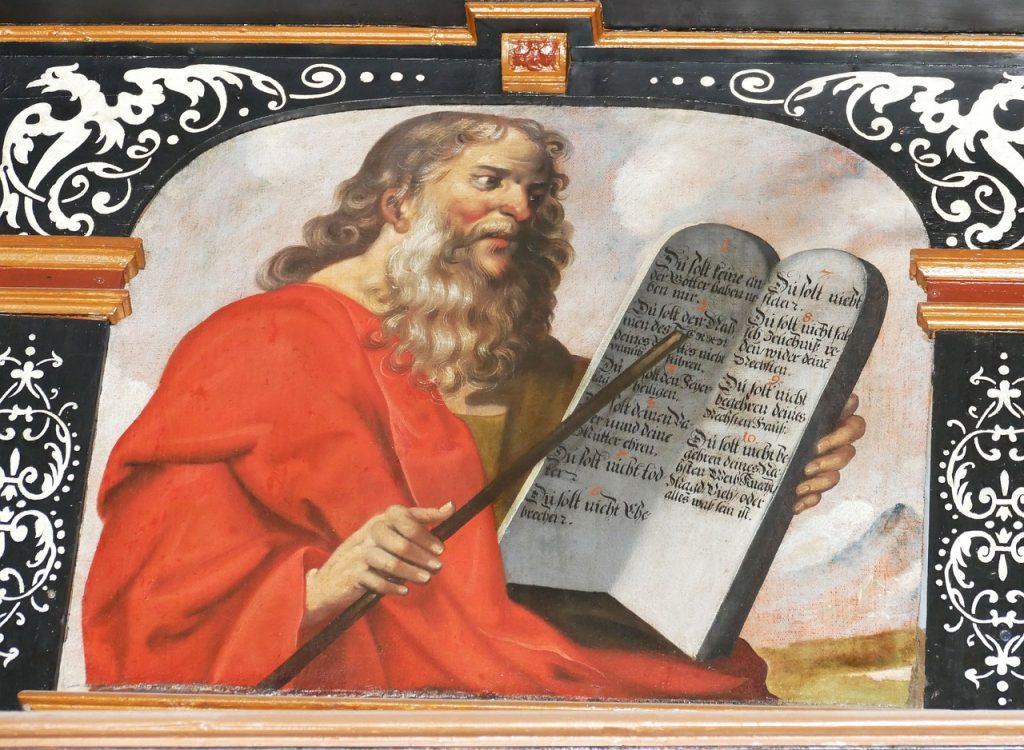 Mose zeigt mit einem Zeigestock auf die Tafeln der Zehn Gebote: Anleitung zur Freiheit