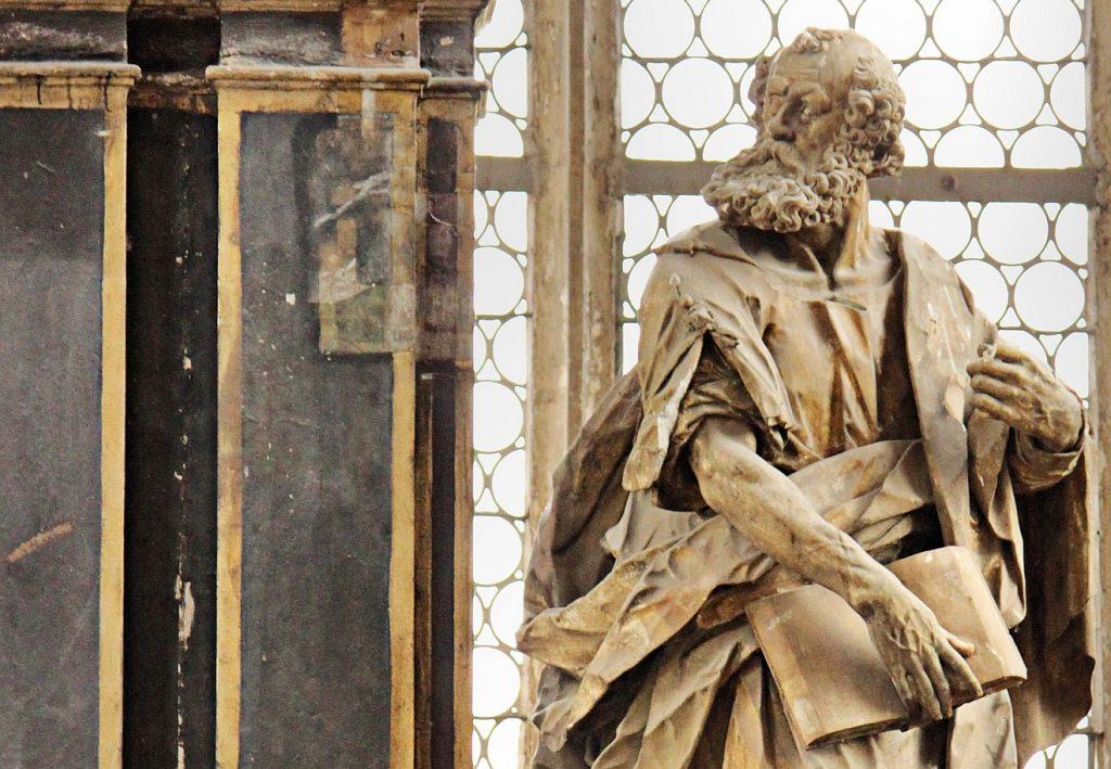 Eine Statue des Apostels Petrus neben einer Kanzel in der Schlosskirche von Prettin
