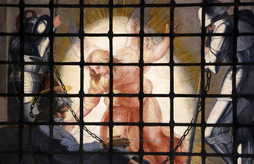 Petrus wird von einem Engel im Gefängnis an die Seite gestoßen