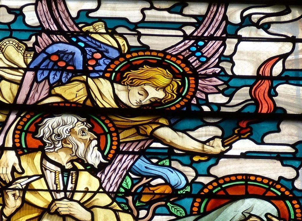 Kirchenfenster: Ein Engel berührt die Lippen Jesajas mit einer glühenden Kohle