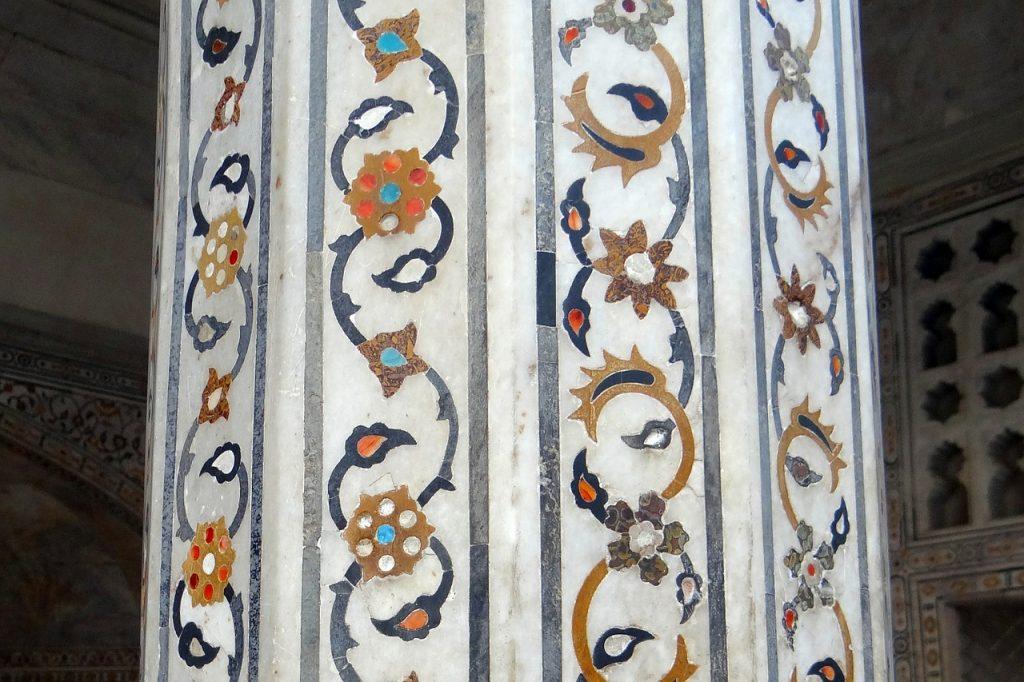 Ein Säule in einem indischen Palast mit Marmorintarsien