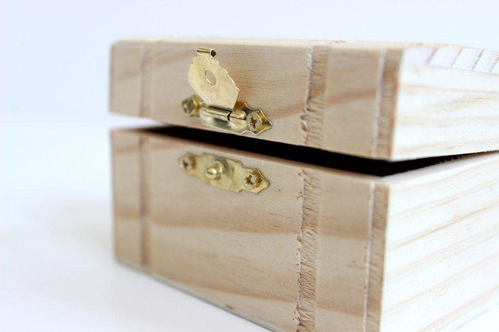 Ein Schmuckkästchen aus einfachem leichten Holz