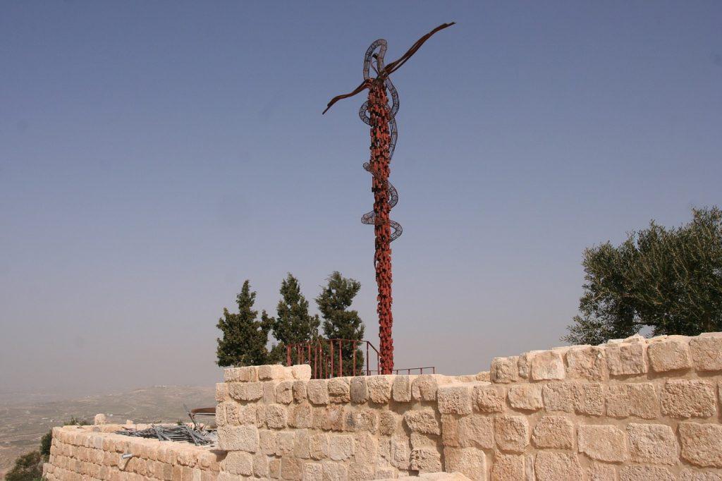 Die Stange mit der Schlange auf dem Berg Nebo in Israel