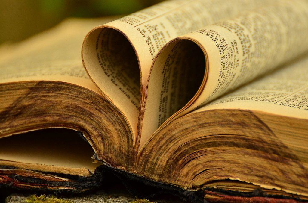 Seiten der Bibel formen ein Herz