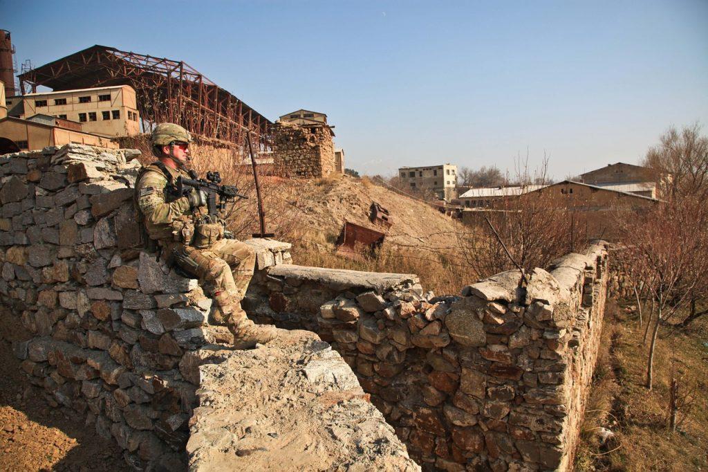 Soldat auf einer Mauer bei einem Dorf in Afghanistan
