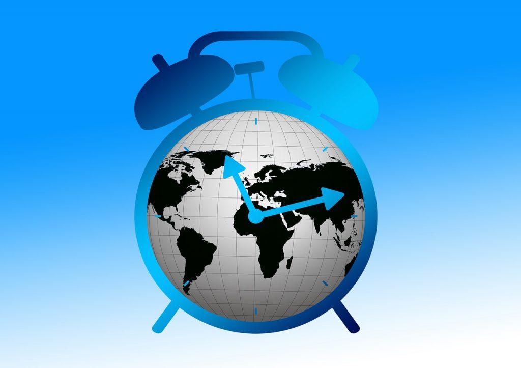 Ein Wecker, dessen Zifferblatt eine Weltkarte ist