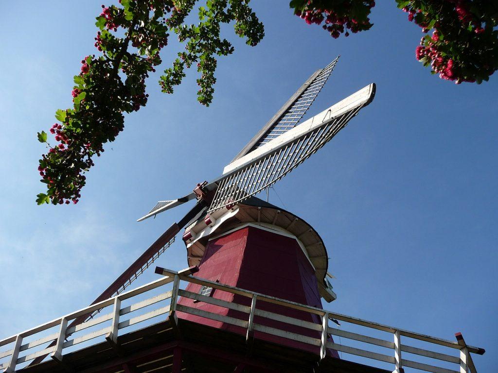 Flügel der Windmühle in Greetsiel von unten