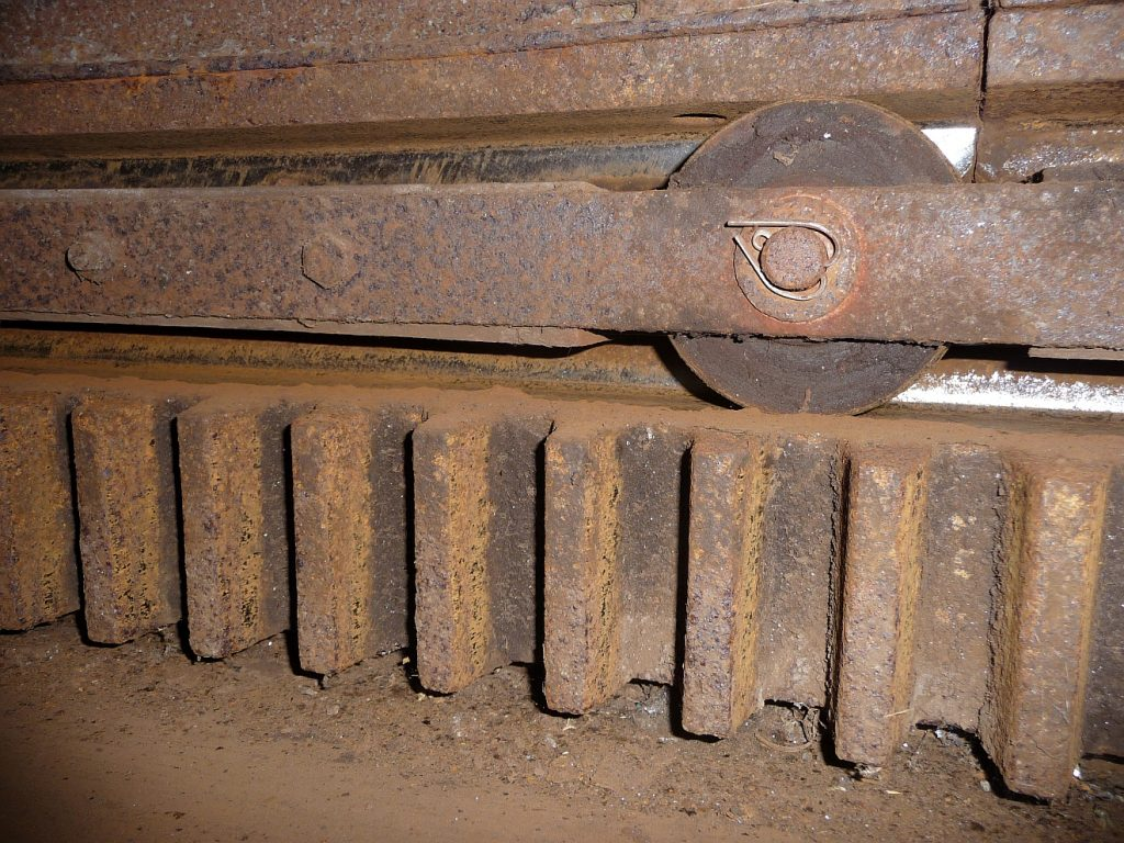 Der Zahnkranz, in dem sich die ganze Mühlenkappe mit den Flügeln dreht, wenn die Windrose es befiehlt