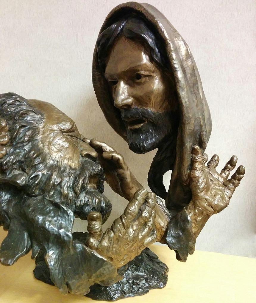 Skulptur eines Blinden, dem Jesus mit den Fingern die Augen berührt, um ihn zu heilen