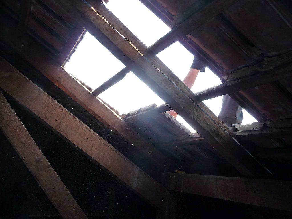 Blick vom Dachboden der Pauluskirche Gießen nach oben durch ein von einem Dachdecker gerade abgedecktes Stück des Daches
