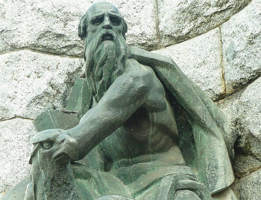 Skulptur des Evangelisten Johannes mit seinem Symbol, dem Adler