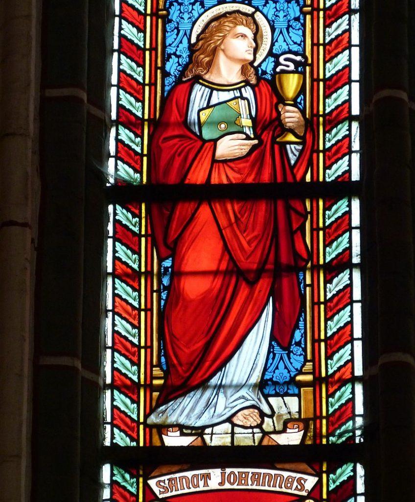 Kirchenfenster mit der Darstellung des Evangelisten Johannes