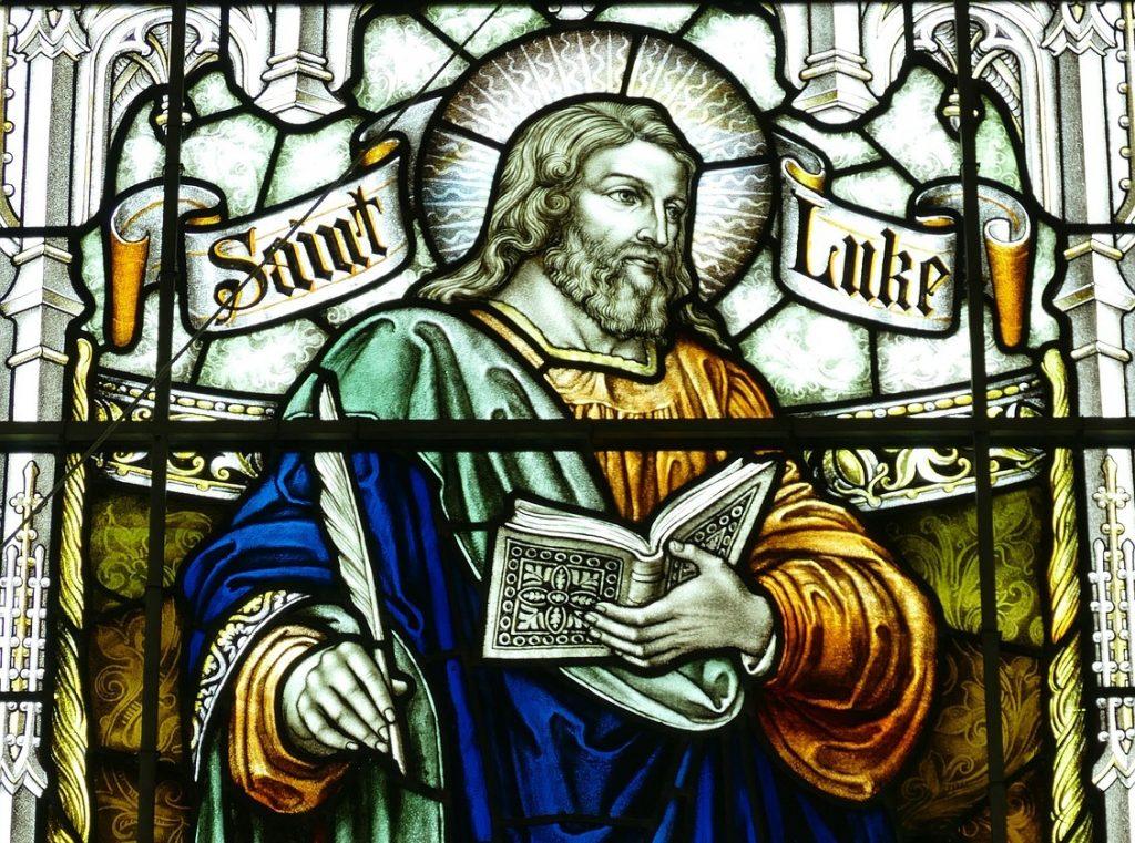 Kirchenfenster mit einer Darstellung des Evangelisten Lukas