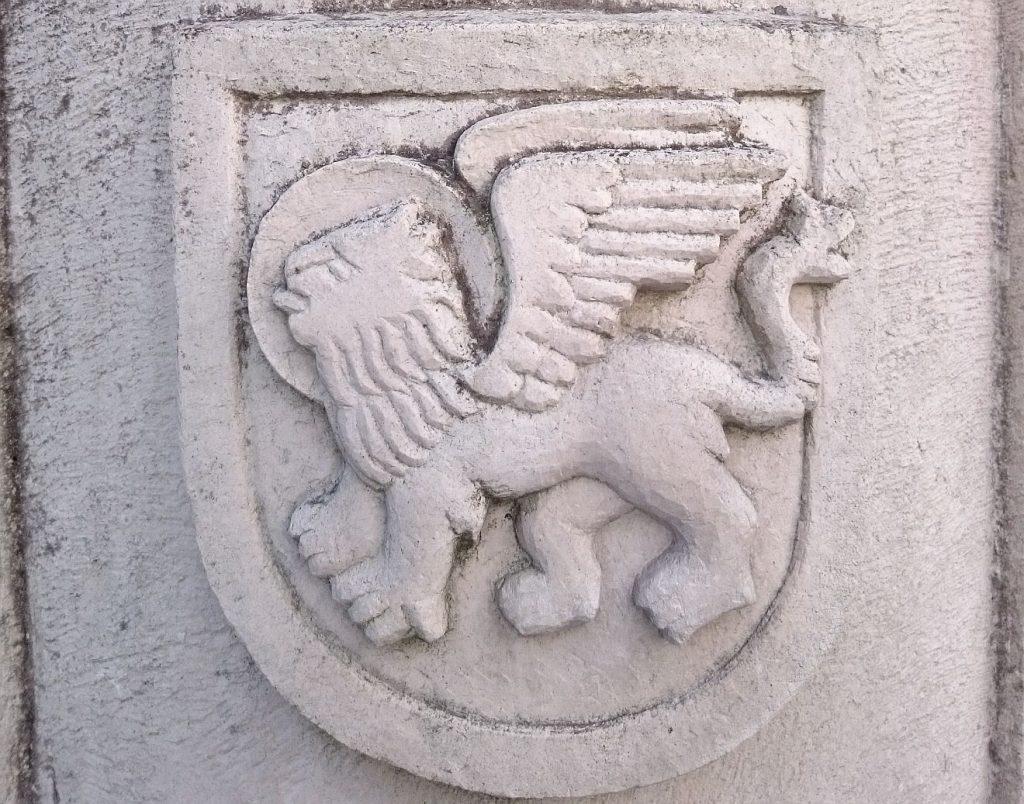 Der Löwe, das Symbol des Evangelisten Markus, in Stein gemeißelt