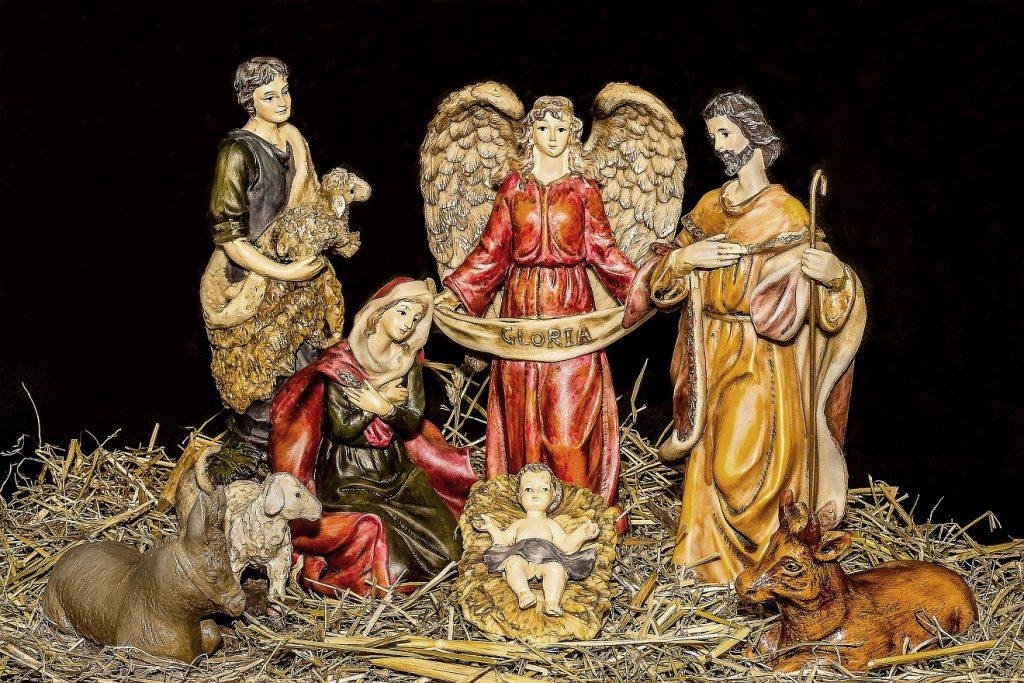 Eine Weihnachtskrippe mit Hirten, Schafen und einem Engel