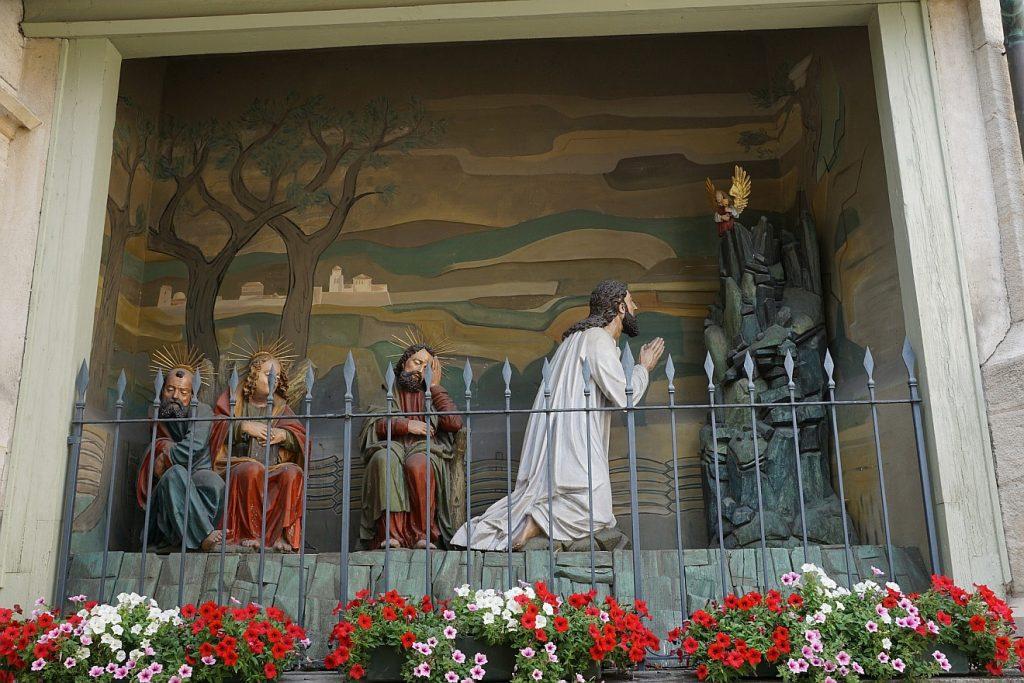 Von seinen schlafenden Jüngern im Stich gelassen, betet Jesus im Garten Gethsemane allein in seiner Angst