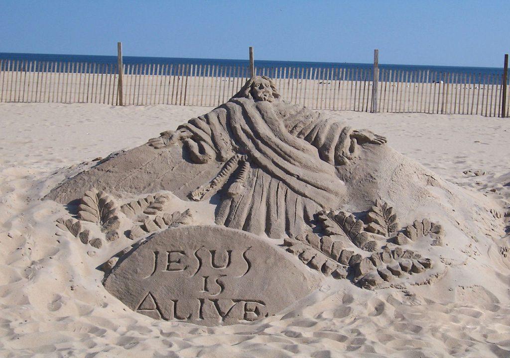 Jesus lebt! Eine Darstellung des auferstandenen Jesus als Sandskulptur