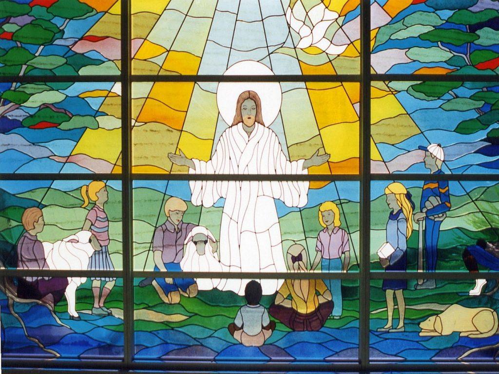 Jesus mit der Taube des Heiligen Geistes steht einer Gruppe von Kindern mit Schafen und Hund gegenüber und lehrt und segnet sie