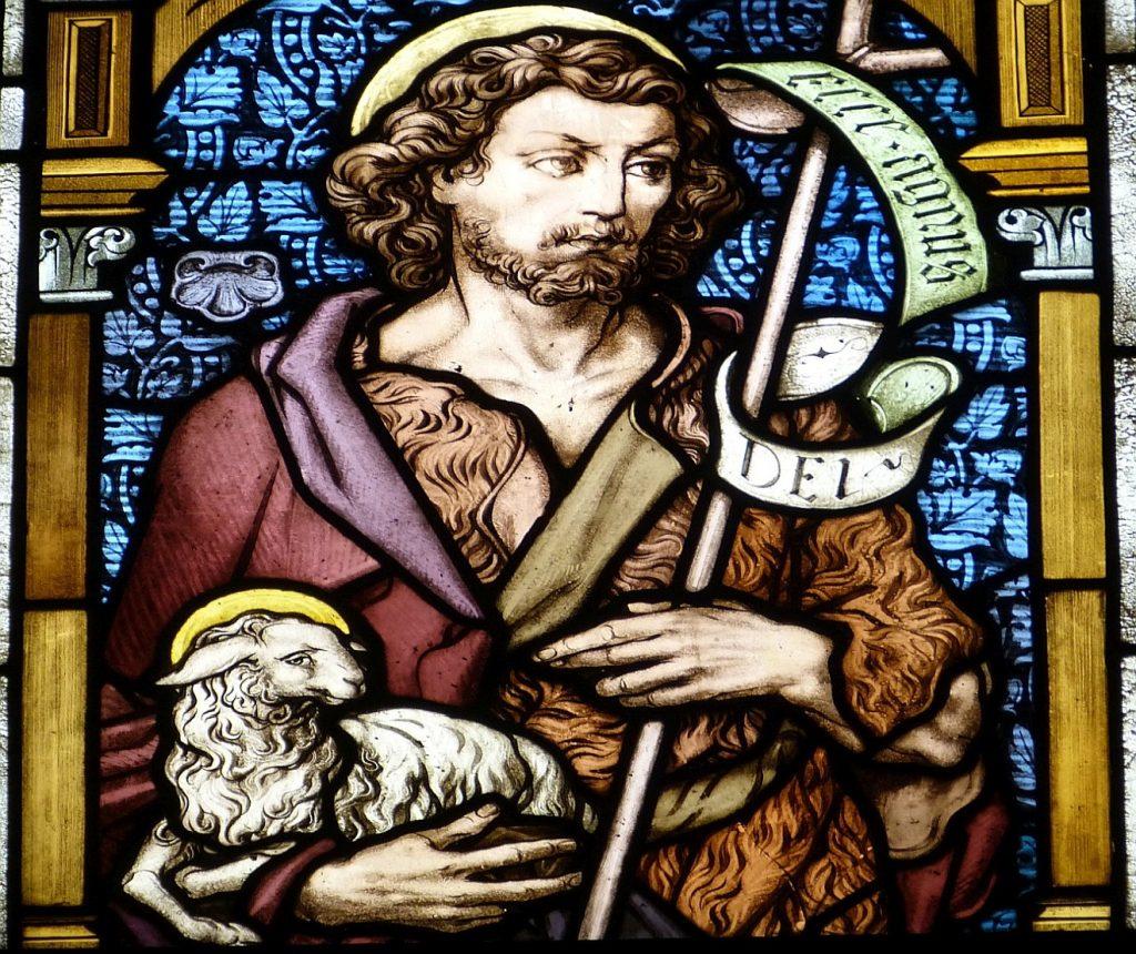 Kirchenfenster: Jesus als das Lamm Gottes mit einem Lamm auf dem Arm - so wird er zum Sündenbock für die Verfehlungen der Menschen