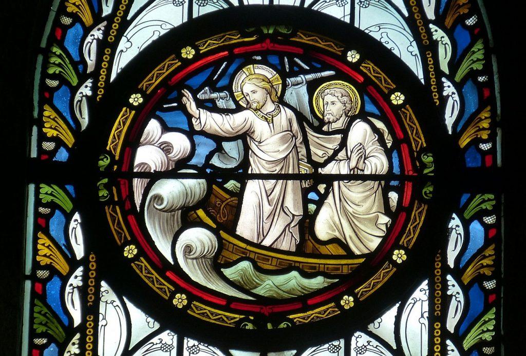 Vertrauen auf Jesus, den verachteten Seemann: Ein Kirchenfenster zeigt Jesus neben Petrus auf einem Fischerboot, wie er Sturm und Wellen bedroht