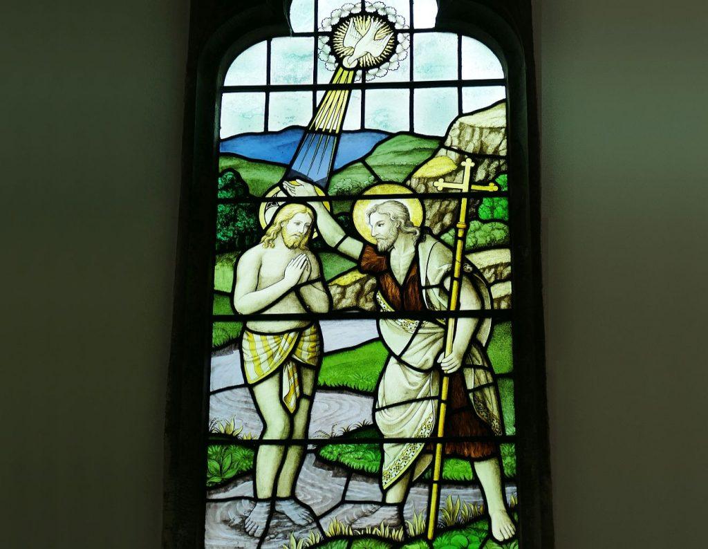 Johannes der Täufer tauft Jesu, und die Taube des Heiligen Geistes strahlt auf ihn herab
