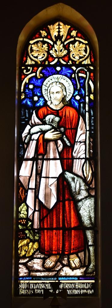 Jesus als der Gute Hirte - ein Lamm hat er auf dem Arm, ein Schaf steht an seiner Hand