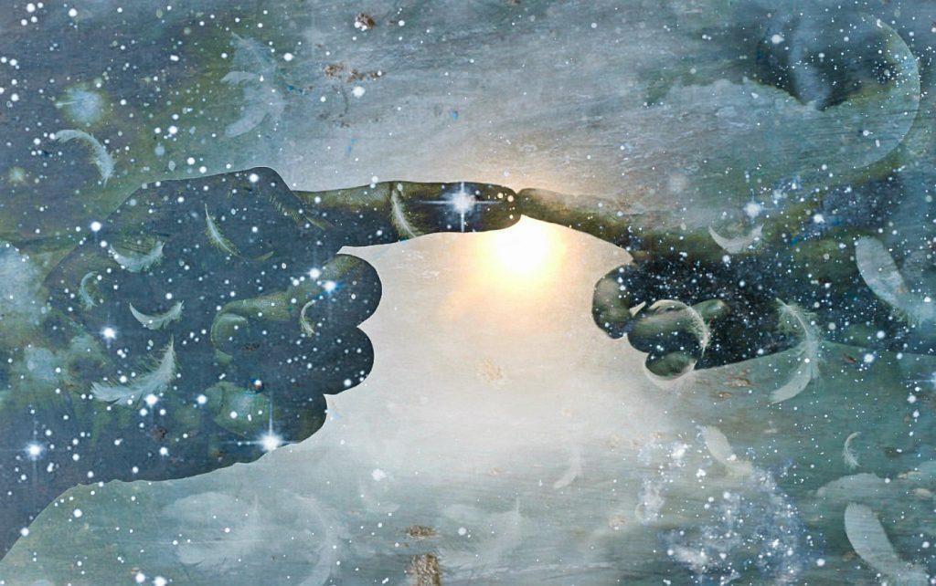 Im Schneetreiben mit dem Licht der Sonne im Hintergrund berühren einander die Zeigefinger einer großen und einer kleinen Hand