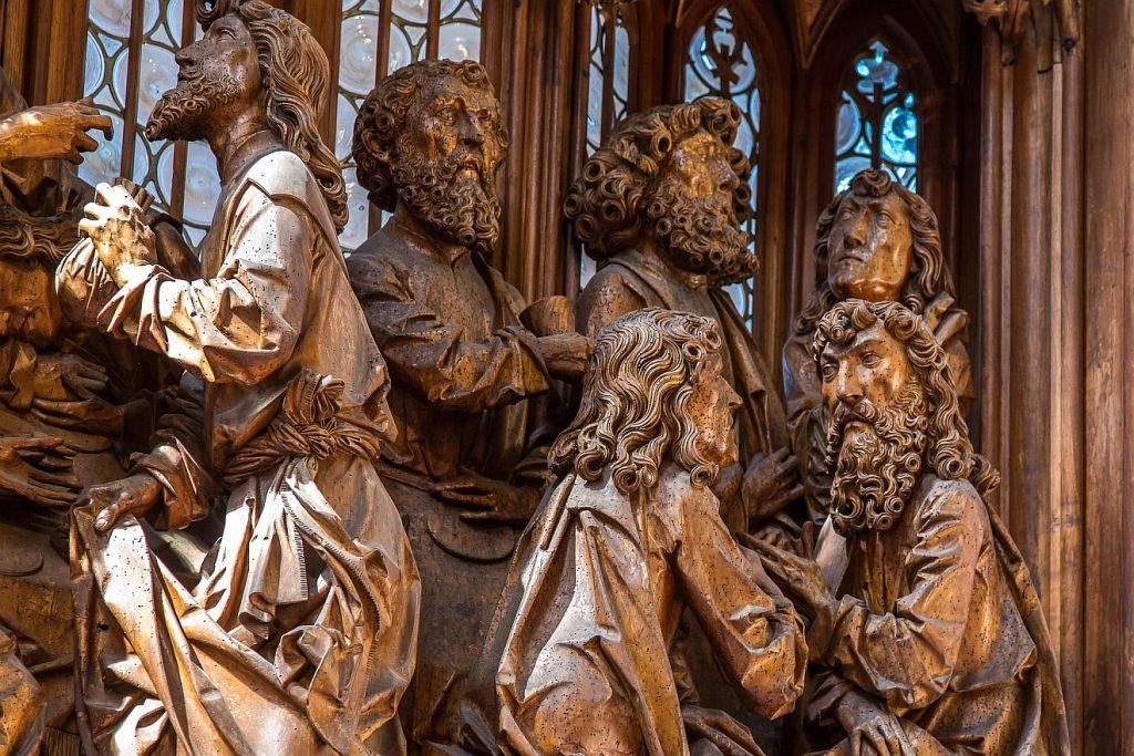 Holzgeschnitzte Männer auf dem Riemenschneider-Altar in Rothenburg ob der Tauber