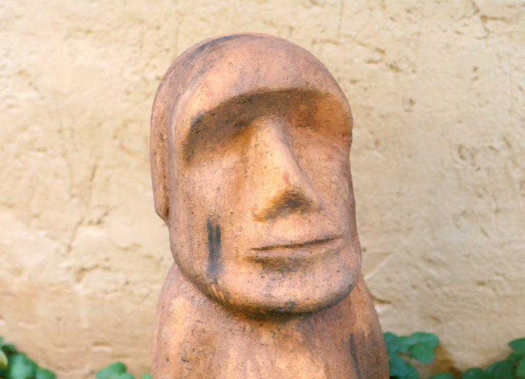 Die Skulptur eines Kopfes ohne Haare, ohne Augen, mit ernstem Ausdruck