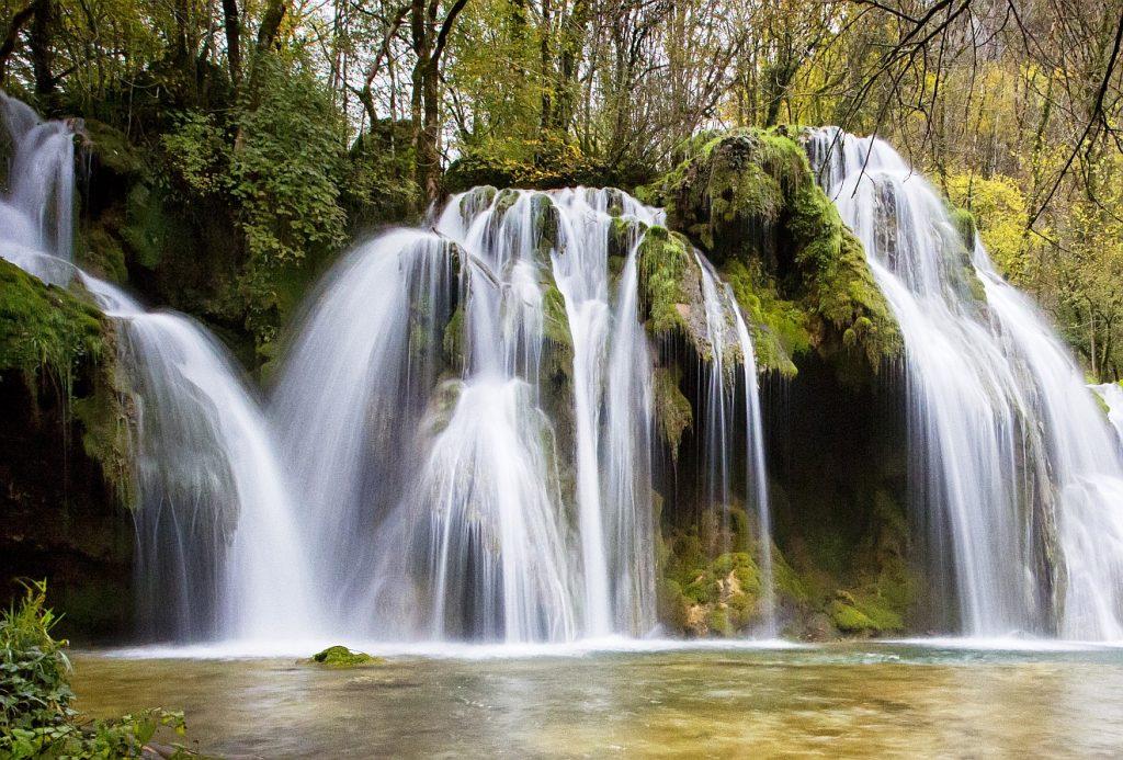 Viele kleine Wasserfälle bringen Ströme lebendigen Wassers in ein kleines Gewässer