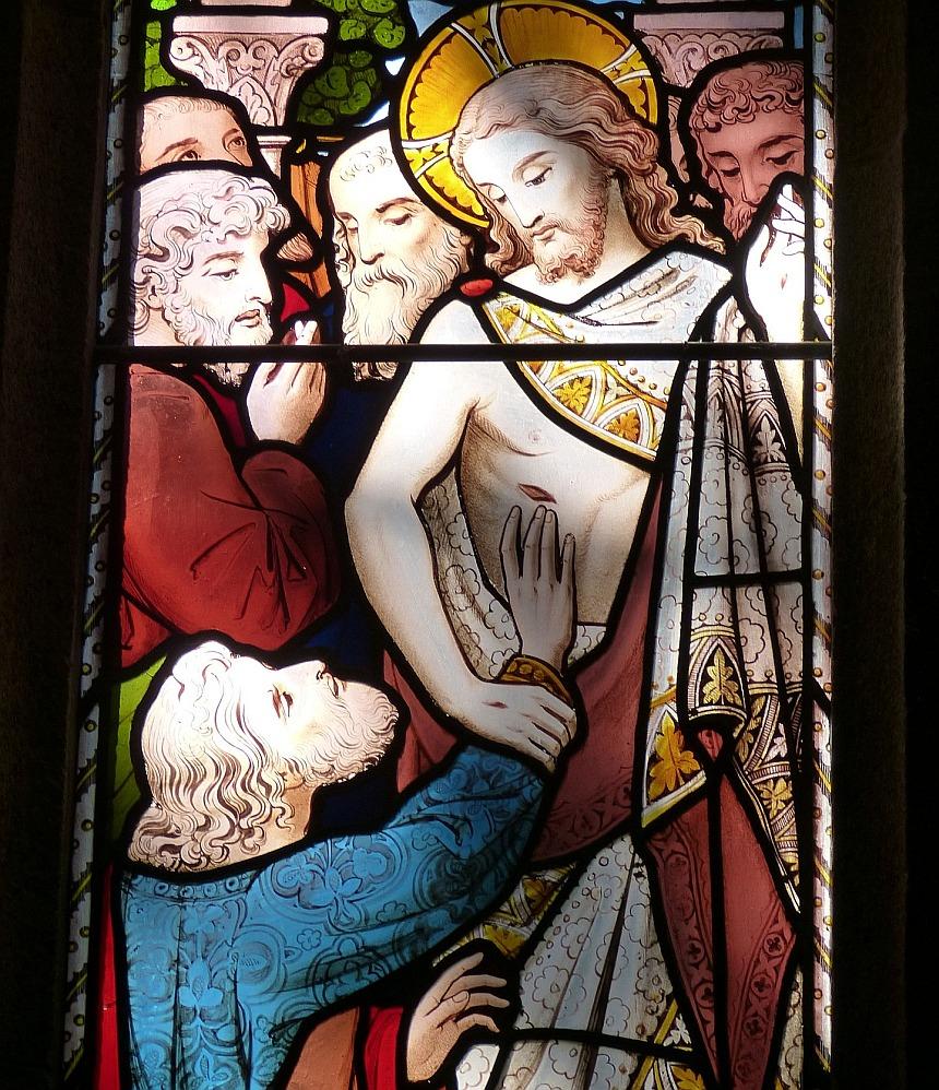 Kirchenfenster: Thomas darf die Seitenwunde Jesu betasten als Zeichen der Wahrheit seiner Auferstehung