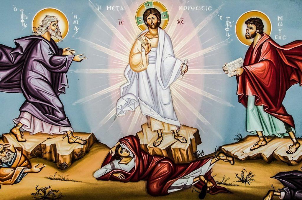 Ikone der Verklärung Christi mit Mose und Elia auf drei Bergen, vor denen die Jünger Petrus, Johannes und Jakobus zu Boden gestürzt sind
