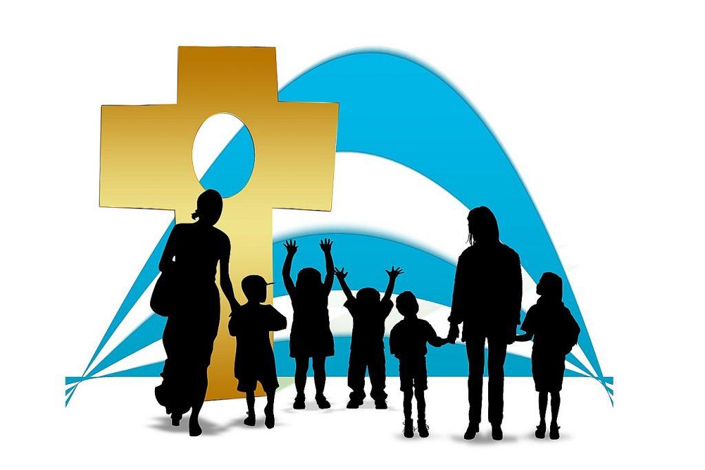 Familiengottesdienste: Das Bild zeigt ein großes helles Kreuz mit den Silhouetten von Kindern und Erwachsenen