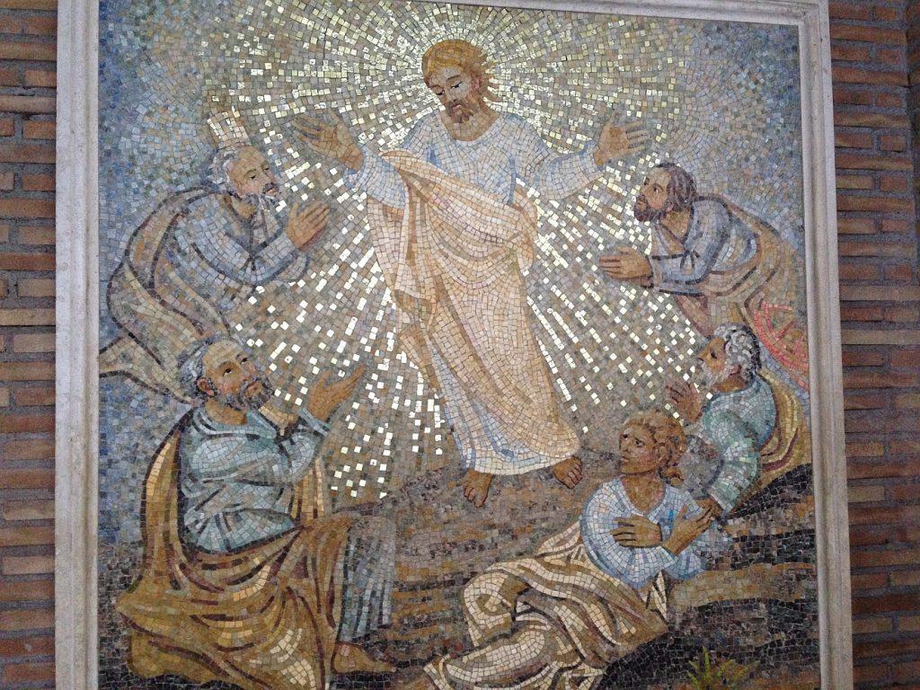 Jesus lehrt seine Jünger, die um ihn herumstehen oder sitzen, in unterschiedlichen Haltungen, betend, abwehrend, die Hände ausstreckend