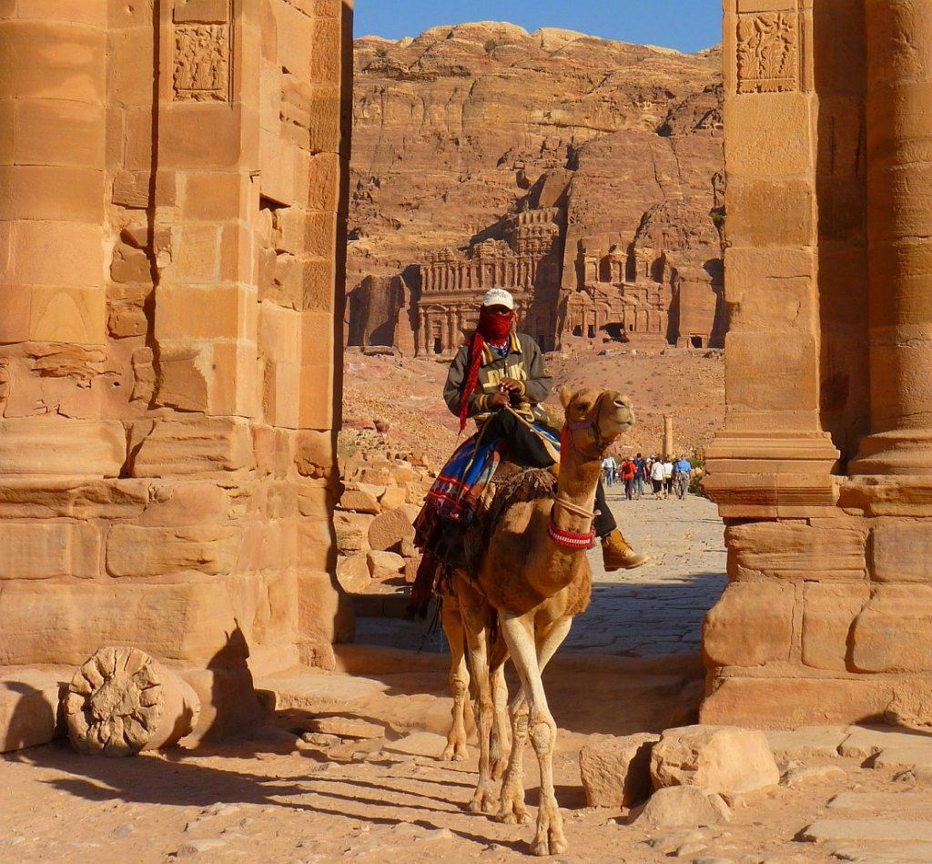 Ritt auf einem Kamel durch die Ruinen von Petra in Jordanien