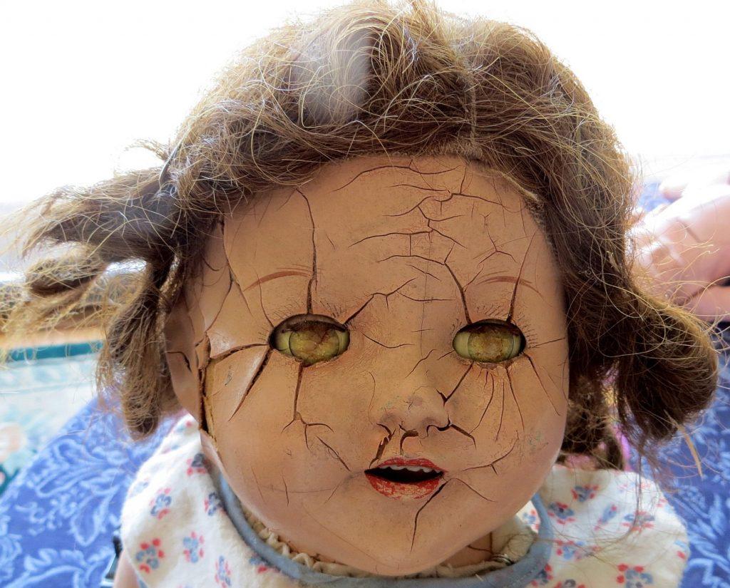 Eine Puppe mit Rissen im Gesicht