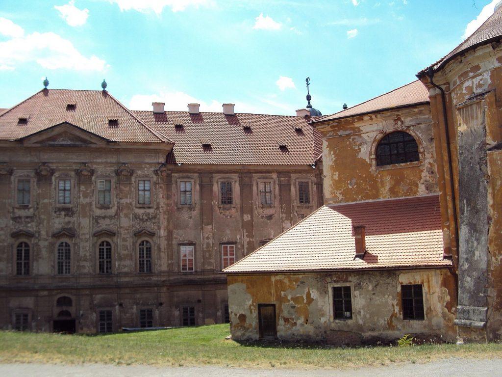 Ein altes Kloster mit eindrucksvollen Mauern, aber der Putz bröckelt.