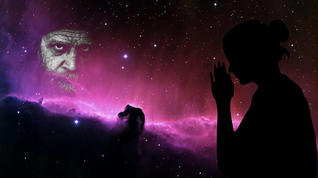 Ist Gott Feind und Freund zugleich? Der Schatten eines betenden Menschen vor dem Weltall mit Pferdekopfnebel gegenüber einem Gesicht, wie manche sich Gott vorstellen