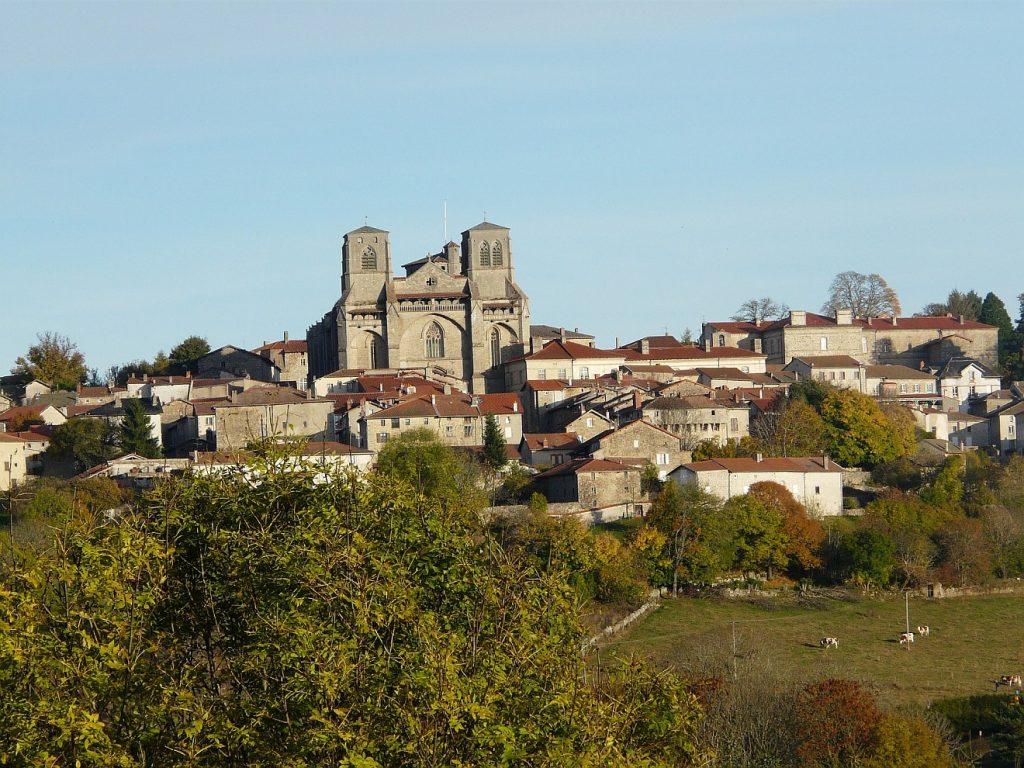 Die Stadt Gottes, die kommt: eine französische Stadt an einem Hang mit einer Kirche