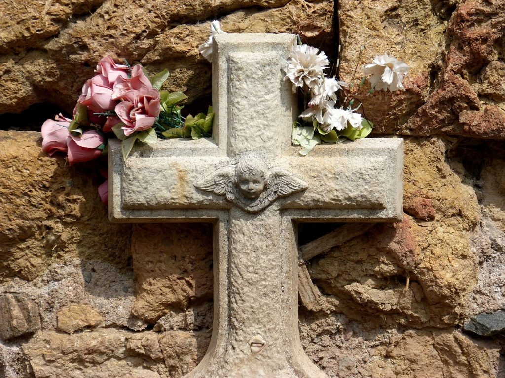 Ein sterbendes Kind loslassen: Grabkreuz für ein Kind mit Darstellung eines Engels mit Flügeln