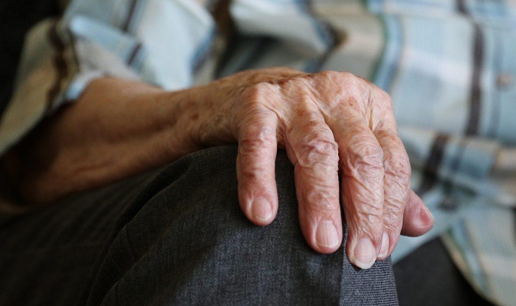 Die Hand einer um die hundert Jahre alten Frau