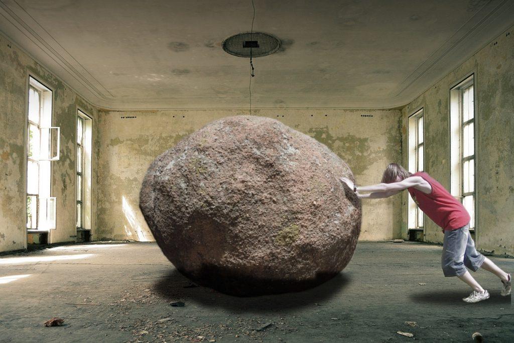 Harte Arbeit des Sterbens: Ein schwerer Stein in der Mitte eines entkernten Saales kann nicht weggeschoben werden