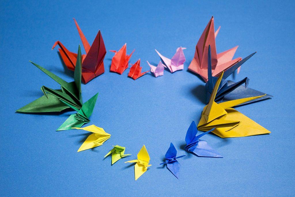 Liebe als Band der Vollkommenheit: Ein Herz aus gefalteten Origami-Kranichen