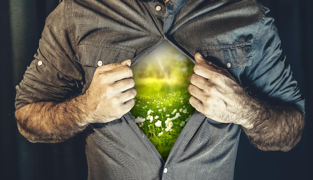 """Der innere Mensch symbolisch: ein Mann öffnet sein Hemd, und man sieht """"innen drin"""" eine blühende Landschaft"""