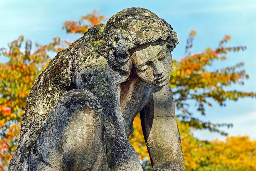"""""""Wie hab ich das verdient?"""" Die Skulptur einer vom Leid niedergedrücken Frau, die sich aber wohl doch dagegen auflehnt."""