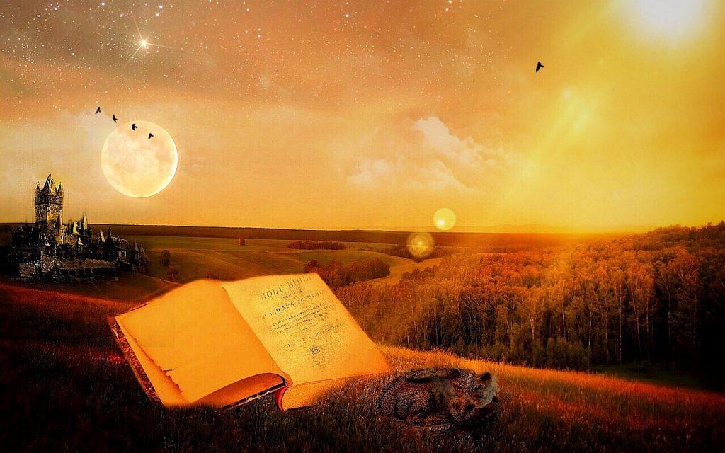 Wie behütet Gott? Die aufgeschlagene Bibel liegt in einer mystischen Landschaft mit einer Burg und einem Drachen, unter einem Himmel, von dem Sonne und Mond herabscheinen.
